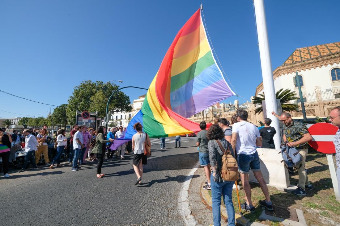 10062019-izado bandera orgullo LGTBI-017